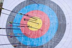 Blanco del tiro al arco con las flechas en ella Diversa bola 3d Imágenes de archivo libres de regalías