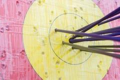 Blanco del tiro al arco con las flechas en ella Diversa bola 3d Fotos de archivo