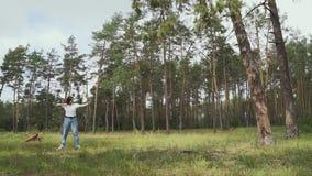 Blanco del tiroteo de Archer con su arco y flecha almacen de metraje de vídeo