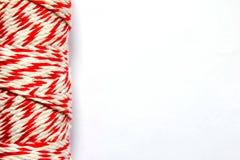 Blanco e hilo rojo en el fondo blanco Fotos de archivo libres de regalías