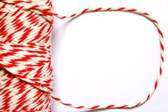 Blanco e hilo rojo en el fondo blanco Fotografía de archivo