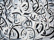 Blanco estructural del yeso en un fondo negro Crema blanca Pinte la mancha Fotos de archivo