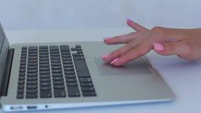 Blanco femenino del teclado del ordenador portátil del tauchpad de la prensa del uso de la muchacha de la mano metrajes