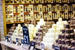 Blanco hecho a mano, dulces del chocolate de la oscuridad del amd de la leche para la Navidad foto de archivo
