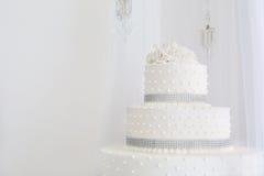 Blanco hermoso del pastel de bodas Fotografía de archivo