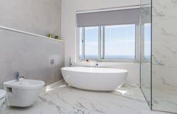 Blanco moderno del cuarto de baño imagen de archivo