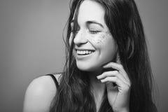 Blanco negro sonriente de la felicidad de la libertad de la chica marchosa foto de archivo