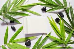 Blanco pagina en de groene achtergrond van het bamboeblad Wit sketchbook horizontaal model Stock Afbeeldingen