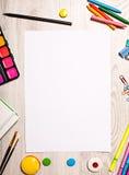 Blanco paginamodel op lijst met bureauhulpmiddelen Royalty-vrije Stock Foto