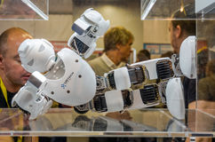 Blanco plástico de Ubtech del abejón del robot del metal con las cámaras de vídeo para los ojos que mienten en el podio Fotos de archivo