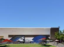 Blanco rojo y azul de un museo enfrente de un cielo azul Fotografía de archivo