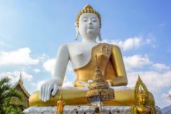 Blanco tailandés enorme y oro de la estatua de Buda Imagenes de archivo