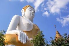 Blanco tailandés enorme y oro de la estatua de Buda Fotografía de archivo