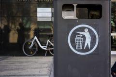 Blanco urbano Grey Crowded Environment Full del símbolo del cubo de la basura de la ciudad Fotografía de archivo libre de regalías