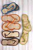 Blanco WoodVertical de las sandalias de la playa Foto de archivo