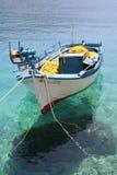 Blanco y barco de pesca azul Fotos de archivo
