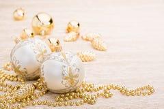 Blanco y bola de la Navidad del oro en fondo iluminado Fotografía de archivo
