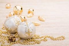 Blanco y bola de la Navidad del oro en fondo iluminado Fotos de archivo libres de regalías