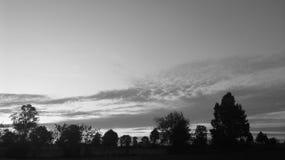 blanco y negro antes de puesta del sol Imagenes de archivo
