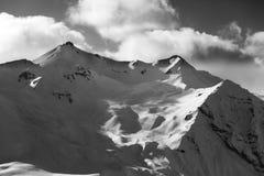 Blanco y negro de la cuesta del piste para heliskiing por la tarde Fotografía de archivo libre de regalías