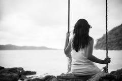 Blanco y negro de la mujer triste y sola que se sienta solamente Imagenes de archivo