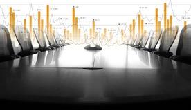 Blanco y negro de la sala de conferencias y analice el gráfico comercial imagen de archivo libre de regalías