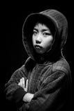 Blanco y negro de muchacho asiático en sudadera con capucha Foto de archivo