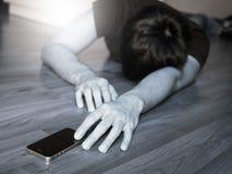 Blanco y negro del hombre que alcanza para el teléfono, pase hacia fuera Imagenes de archivo