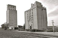 Blanco y negro: Elevadores de grano vertidos hormigón viejo anticuado fotos de archivo libres de regalías