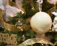 Blanco y ornamentos del árbol de navidad del oro Fotografía de archivo libre de regalías