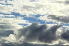 Blanco y oscuridad se nubla el cielo azul Fotos de archivo libres de regalías