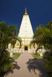 Blanco y pagoda y árbol del oro Foto de archivo libre de regalías