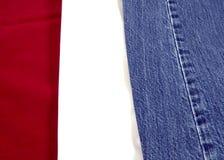 Blanco y pantalones vaqueros rojos Fotografía de archivo