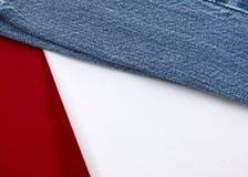Blanco y pantalones vaqueros rojos 2 Fotografía de archivo