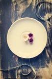Blanco y rosas de la pasta de azúcar de Borgoña Fotografía de archivo