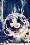 Blanco y rosas de la pasta de azúcar de Borgoña con la cinta rosada Imagen de archivo libre de regalías