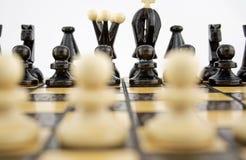 Blancos antes del juego de ajedrez Fotografía de archivo libre de regalías