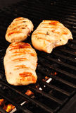 Blancs de poulet sur le Ggrill Photo libre de droits