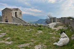 Bland fördärvar av en gammal italiensk by arkivfoto