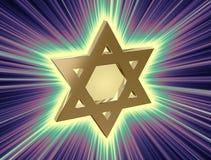 Bland strålar av den guld- davidsstjärnan royaltyfria foton