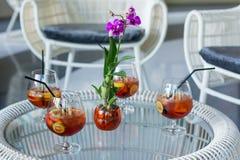 Blanda fruktteexponeringsglas med blomman på tabellen arkivfoto