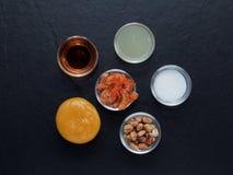 Blanda ingrediensen av thailändsk grön papayasallad, torkad räka, jordnöt, gömma i handflatan socker, limefruktfruktsaft som kryd Royaltyfri Fotografi
