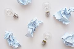 Blanda inte avfall Skrynkla papper och lampor som lägger på golvet royaltyfri foto