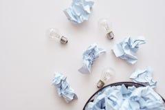 Blanda inte avfall Skrynkla papper som faller till återanvändningsfacket arkivbild