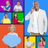 Blandad ålder med social nätverkande Arkivfoton