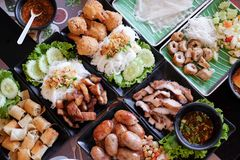 Blandad asiatisk vietnamesisk och thailändsk mat för mat, royaltyfria bilder