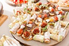 Blandad canape med ost, kött, rullar, bagerit och grönsaker Selektivt fokusera Royaltyfri Fotografi