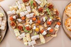 Blandad canape med ost, kött, rullar, bagerit och grönsaker Selektivt fokusera Arkivbilder