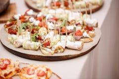 Blandad canape med ost, kött, rullar, bagerit och grönsaker Selektivt fokusera Royaltyfria Bilder