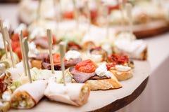 Blandad canape med ost, kött, rullar, bagerit och grönsaker Selektivt fokusera Arkivbild